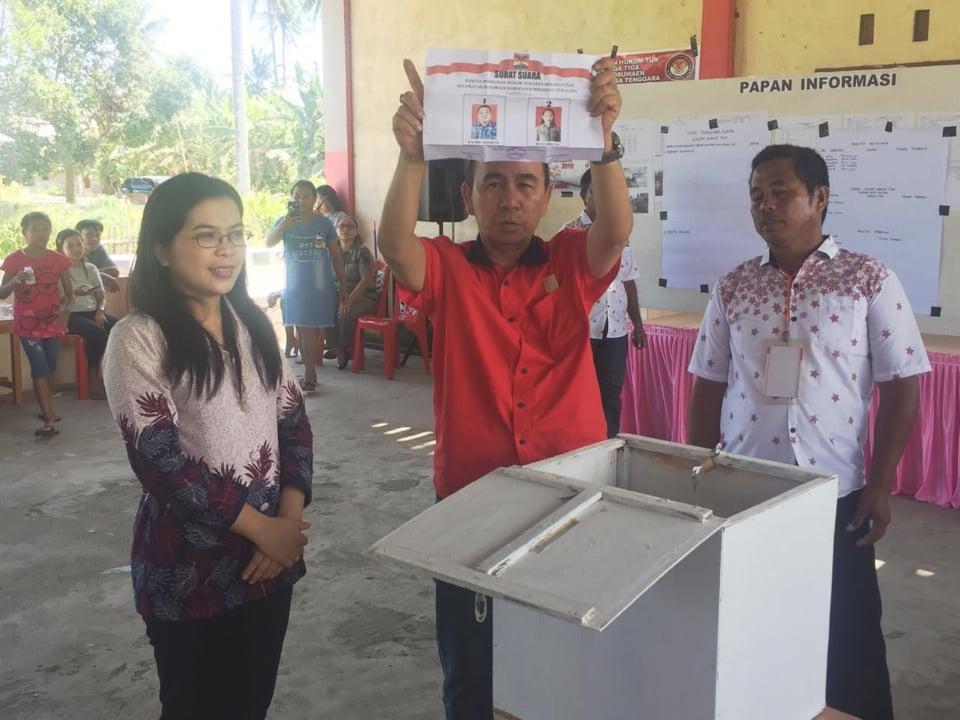 Ketua Sementara DPRD Mitra Semuel Montolalu memantau pelaksanaan Pilhut