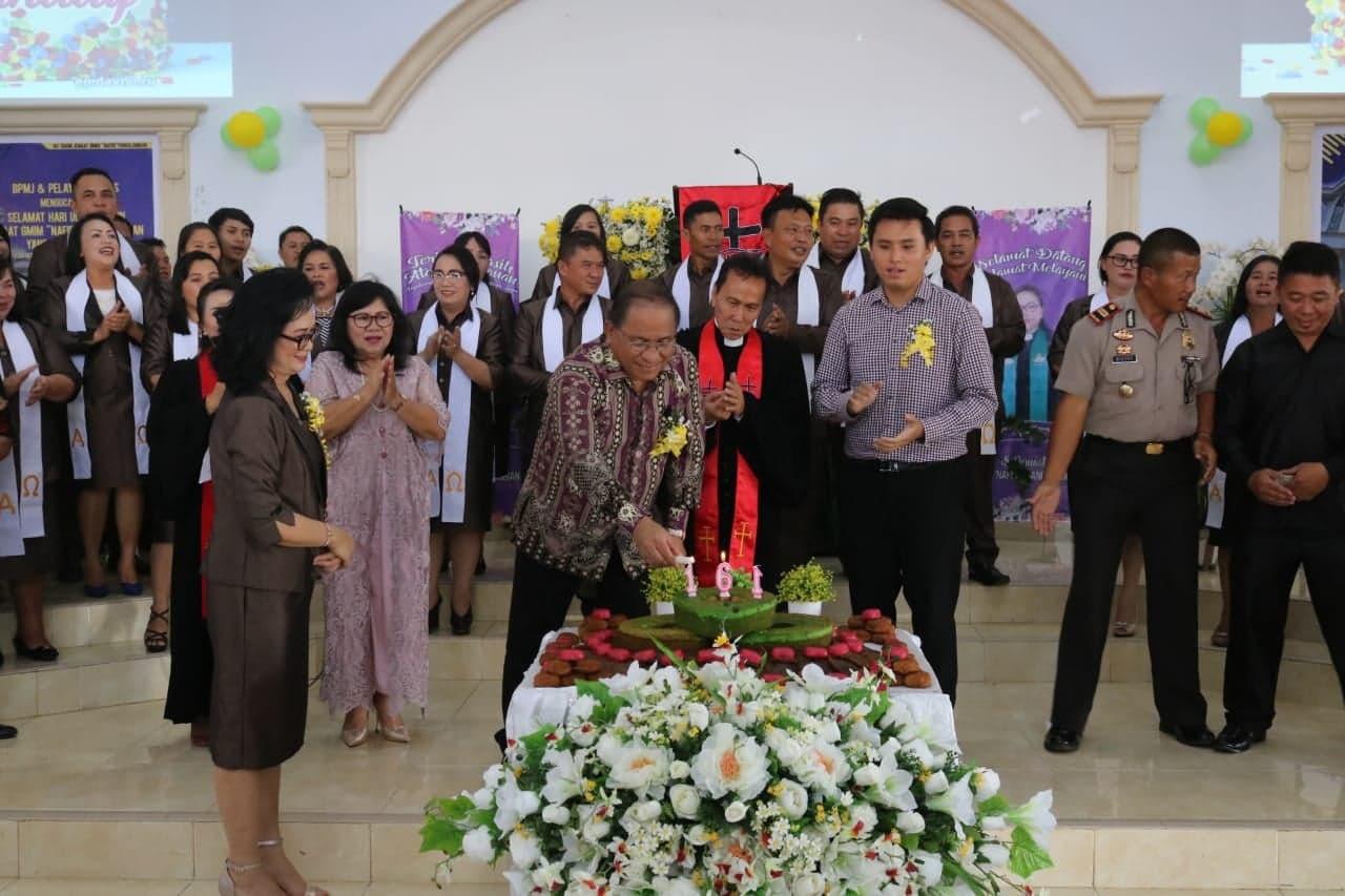Sekretaris Kota Ir Harold V Lolowang MSc MTh memasang lilin HUT ke-161 GMIM Nafiri Pangolombian