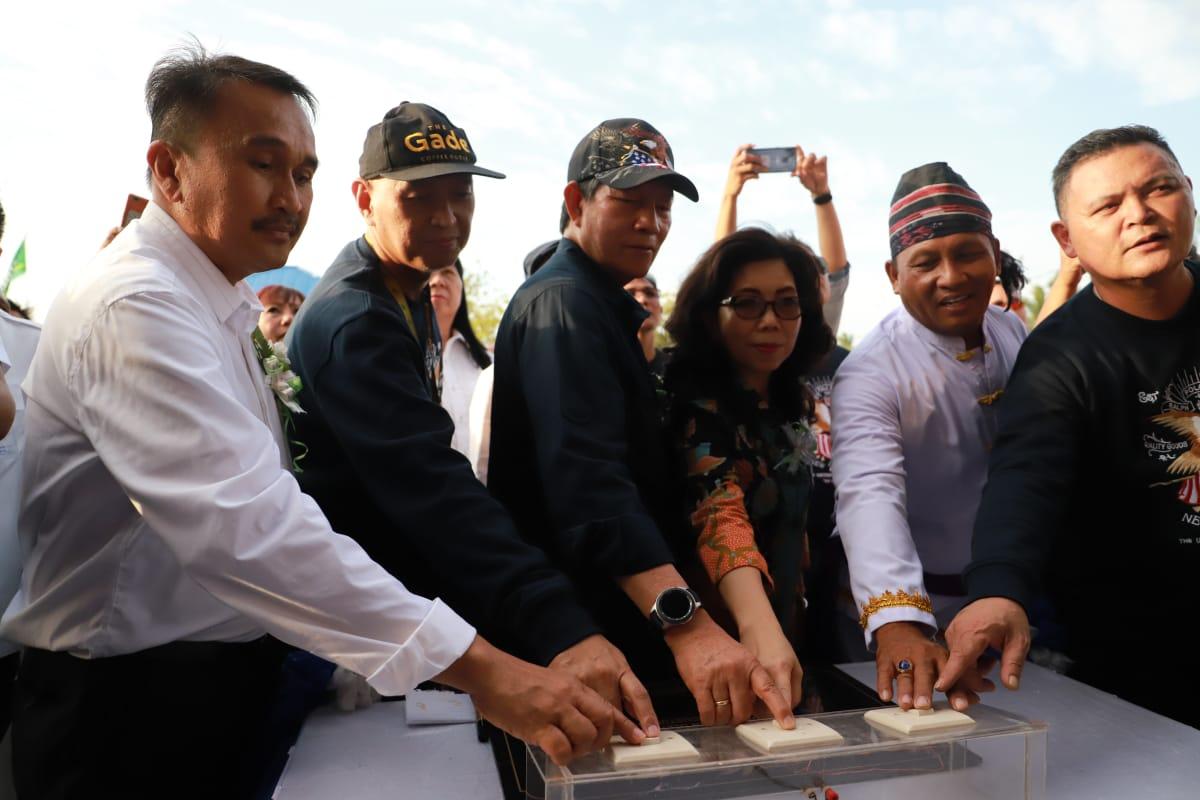 Wali kota saat meresmikan Pasar Restorasi Kayu Bulan