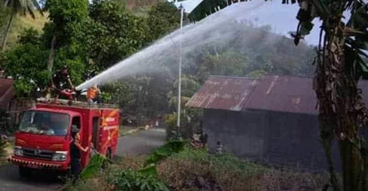 Mobil Damkar Pemkab Minsel yang berupaya melakukan pemadaman lahan di areal rumah warga Desa Kilo 3, Senin (3/9/2019) kemarin.