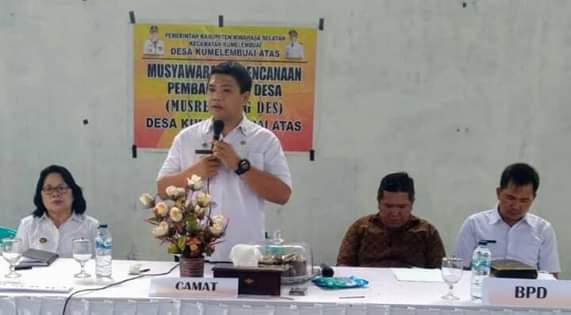 Camat Kumelembuai Michael Kamang Waworuntu saat memberikan arahan pada peserta Musrembang RKPDes Desa Kumelembuai Atas Tahun 2020.