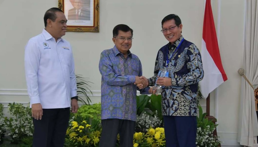 Diserahkan Wapres Jusuf Kalla, Wali Kota GSVL Terima Penghargaan Top 45 Inovasi Pelayanan Publik