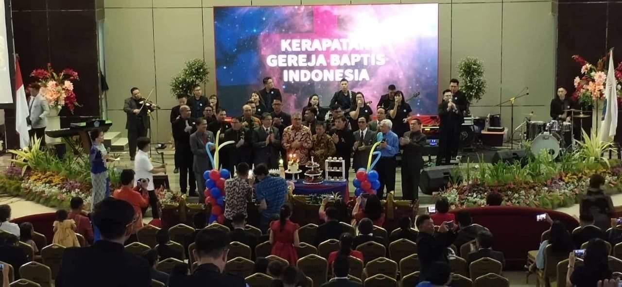 Ketum KGBI Pdt Dr Sperry V Terok, didampingi Ketua Wilayah Sulut Pdt Joy Lempas, dan para hamba Tuhan, memasang dan meniup lilin HUT ke - 68 KGBI