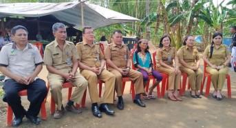 Masuk Sampai Daerah Perkebunan, Dinsos Manado Lakukan Penempelan Stiker PKH di Buha