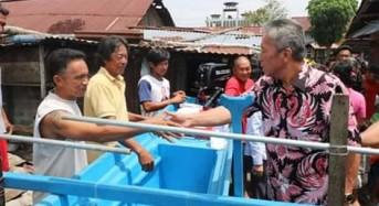 Wabup FDW Serahkan Bantuan Perahu Bagi Kelompok Nelayan di Desa Matani