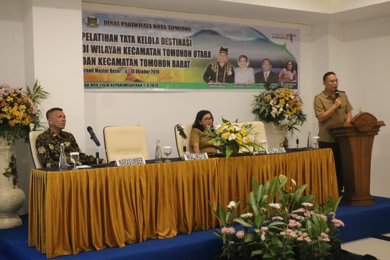 Wali Kota Tomohon Jimmy F Eman SE Ak saat membuka kegiatan pelatihan di Grand Master Hotel