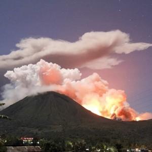 Erupsi Gunung Lokon yang sewaktu-waktu menjadi bencana bagi Kota Tomohon