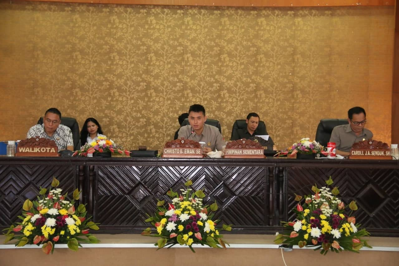 Ketua Sementara DPRD Tomohon Christo Bless Eman SE memimpin Rapat Paripurna