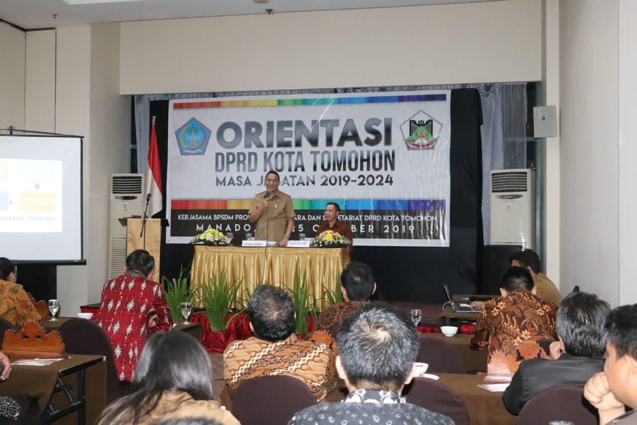 Wali Kota Tomohon Jimmy F Eman SE Ak CA saat membuka kegiatan dan memberikan materi