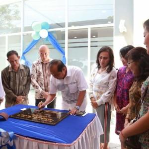 Walikota Bitung Max Lomban saat meresmikan Klinik Mata yang berlokasi di Perum Pertamina Kecamatan Madidir (ist)