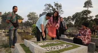 Wagub Kandouw dan dr. Devi Ziarah di Makam Keluarga di Malang
