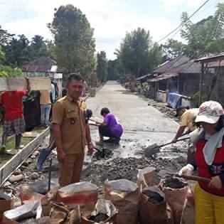 Hukum Tua Desa Motoling Mawale Johnly Sembung mengawasi langsung pengerjaan infrastruktur yang melibatkan masyarakat