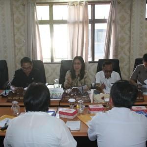 Ketua Komisi III DPRD Tomohon Ir Miky JL Wenur MAP saat memimpin rapat kerja