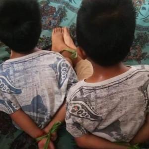 Kedua anak yang diikat oleh ibu mereka