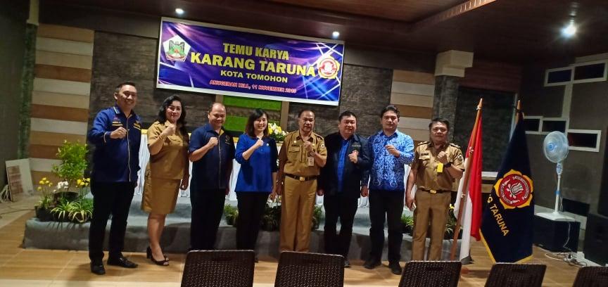 JGE bersama ketua sebelumnya Beldie Tombeg, Kaban Kesbangpol dan pengurus Karang Taruna