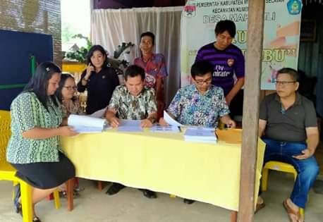 Tim Monev Pengelolaan APBDes Kecamatan Kumelembuai, saat melakukan pemeriksaan di Desa Makasili. (ist)
