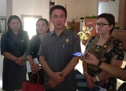 Wakil Ketua DPRD Minsel Stevanus Lumowa (tengah)