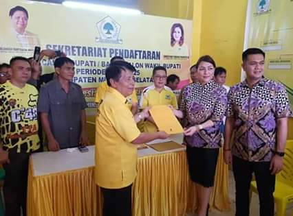 dr Micha Elsiana Paruntu MARS yang akrab disapa MEP didampingi suami James Arthur Kojongian Wakil Ketua Deprov Sulut , saat mendaftar di Sekertariat DPD 2 PG Minsel. (ist)