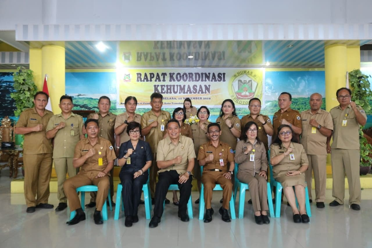 Wali Kota Tomohon bersama narasumber dan utusan peserta kegiatan