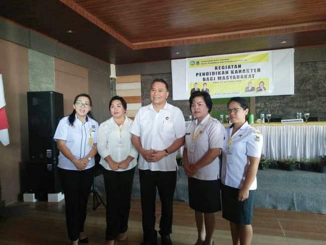 Wali Kota Tomohon, kadis Dikbud dan peserta kegiatan