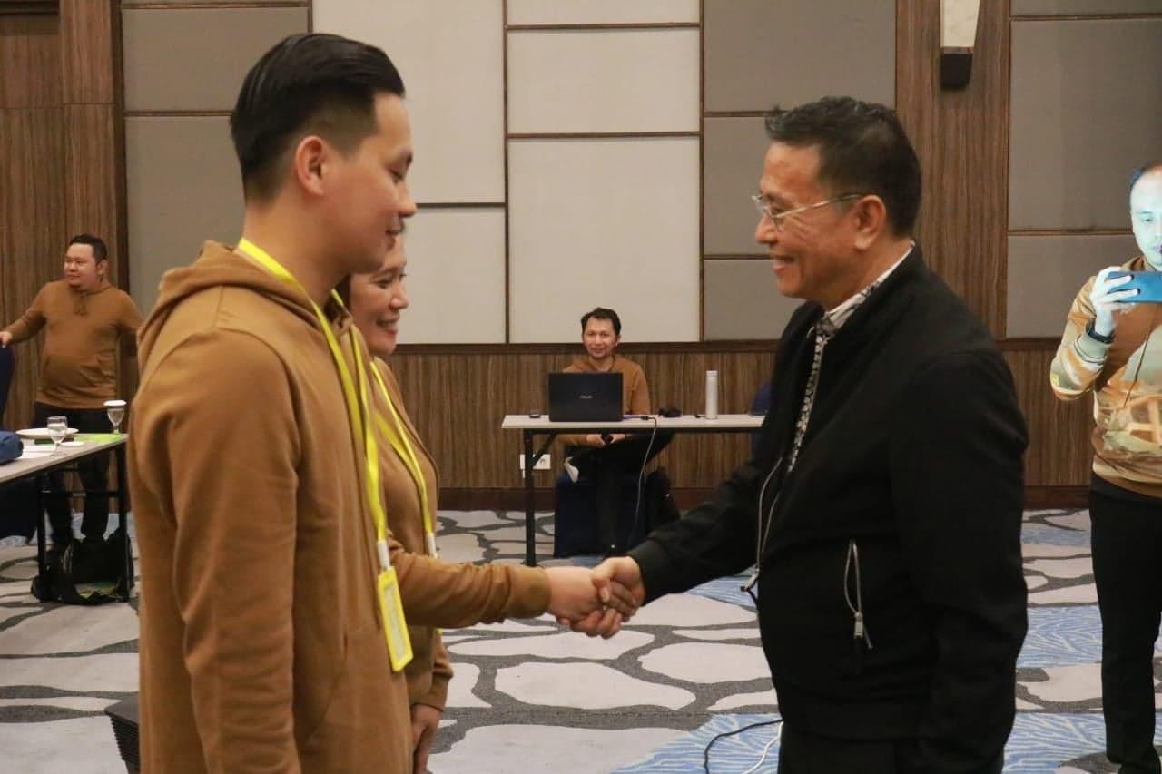 Wali Kota Tomohon Jimmy F Eman SE Ak CA menyematkan tanda peserta IHT