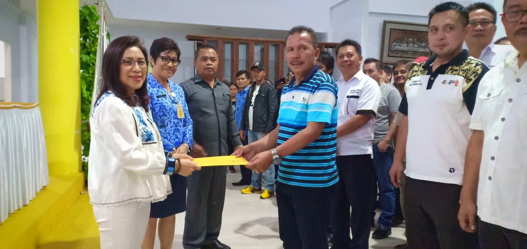 Ketua KONI Tomohon Ir Miky Junita Linda Wenur  MAP menyerahkan SK Kontingen