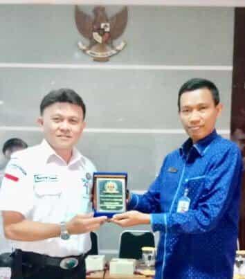 Ketua LPm Kota Tomohon Dr Rooije RH Rumende saling tukar cenderamata