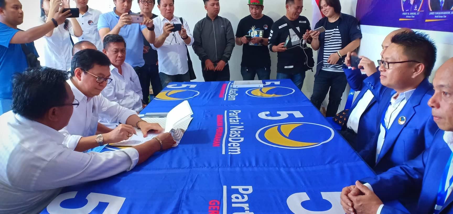 Edwin menandatangani berkas pendaftaran
