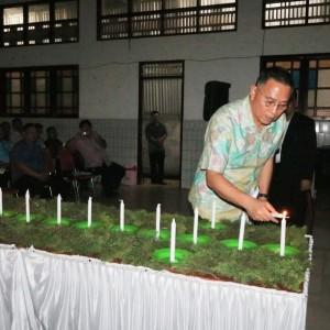 Wali Kota Tomohon Jimmy F Eman SW Ak CA yang juga Ketua P/KB Wilayah Tomohon Satu memasang Lilin Natal