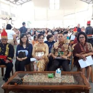 Wali Kota Tomohon, Wakil Wali Kota, Ketua Karabg Taruna dan Ketua Lansia saat di Ibadah Menyambut Natal Lansia