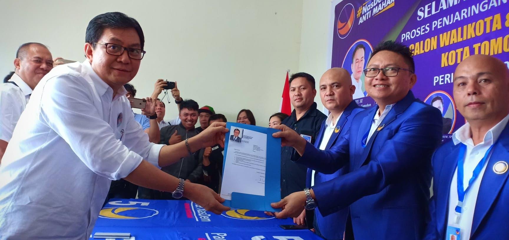 Edwin OJ Poluan SE MBA menyerahkan berkas pendaftaran kepada Ketua Tim Penjaringan Fecky Oroh ST