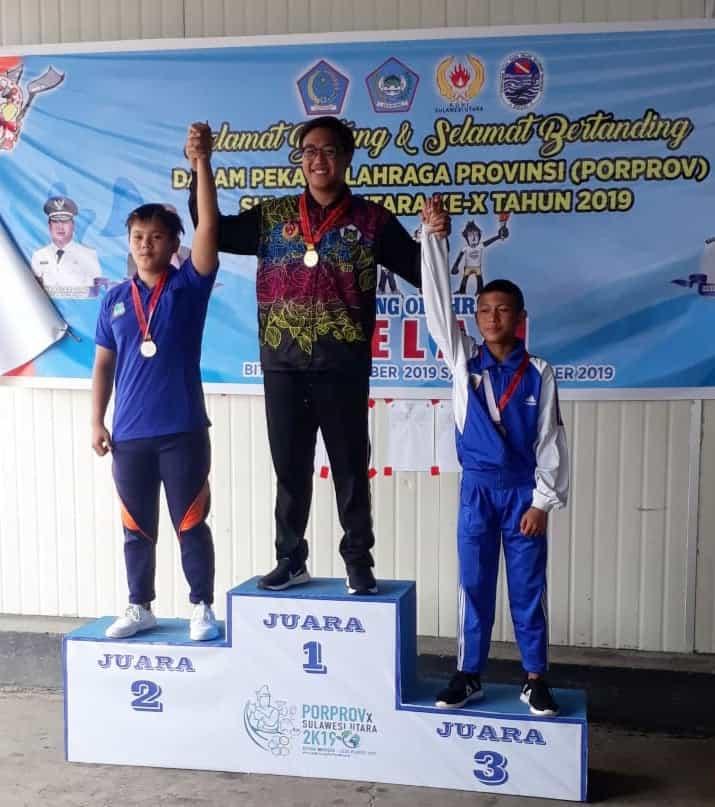Atlet Selam Tomohon saat menerima medali emas