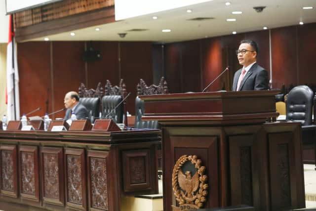 Senator Ir Stefanus BAN Liow MAP menyam;paikan laporan PURT di Sidang Paripurna ke-6 DPD-RI
