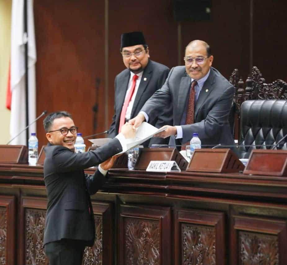 Senator Ir Stefanus BAN Liow MAP menyerahkan Laporan PURT diterima Wakil Ketua I DPD-RI Nono Sampono