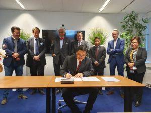 Wakil Gubernur Sulut Steven O.E. Kandouw menandatangani MoU sektor energi terbarukan