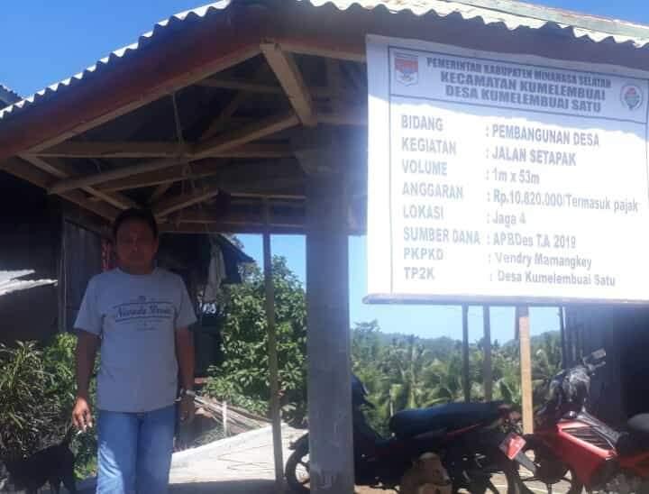Hukum Tua Desa Kumelembuai Satu Vendry Mamangkey di lokasi pembangunan jalan setapak