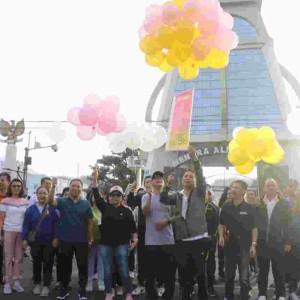 Wali Kota Tomohon melepas balon tanda dibukanya kegiatan dalam rangka HUT ke-17 Kota Tomohon