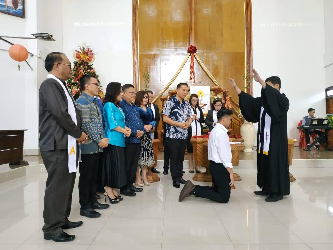 Wali Kota Tomohon menjadi orang tua baptis