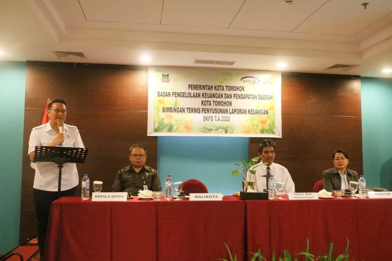 Wali Kota Tomohon Jimmy F Eman SE Ak CA membuka Bimtek