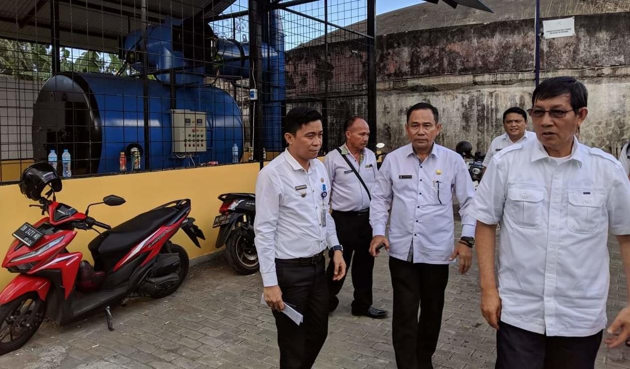 Wali kota saat memantau alat incinerator di Kecamatan Wanea