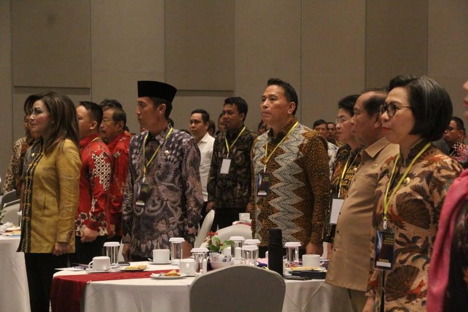 Wali Kota Tomohon Jimmy F Eman SE Ak CA bersama kepala daerah lainnya di Sulut mengikuti Workshop Implementasi Kode Etik BPK