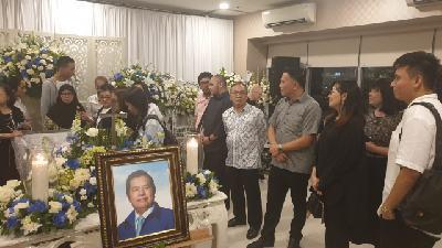 Wali Kota Tomohon Jimmy Feidie Eman SE Ak CA saat melayat meninggalnya Ventje Rumangkang