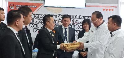 Pelealu-Sukirno saat menyerahkan jumlah dukungan kepada Ketua KPU Tomohon