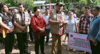 Kunker di Sangihe, OD – SK Serahkan Bantuan ke Warga Korban Bencana Alam
