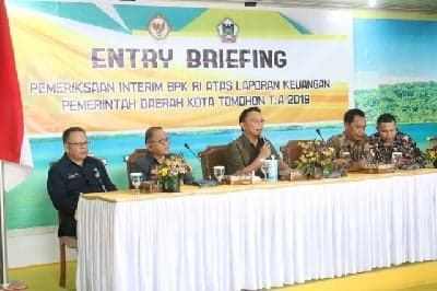 Wali Kota Tomohon Jimmy F Eman SE Ak CA membeirkan pengarahan kepada para Kepala Perangkat Daerah