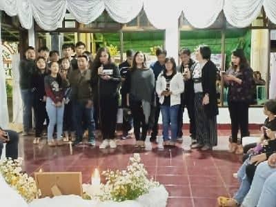 Jilly gabriella Eman SE MM bersama pengurus Karang Taruna Tomohon melayat ke rumah duka