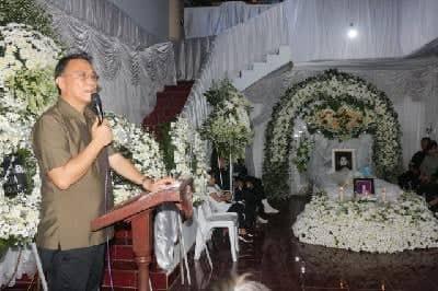 Wali Kota Tomohon Jimmy F Eman SE Ak CA saat memberikan sambautan di rumah duka
