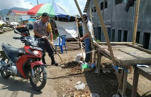 Cegah Virus Corona, Bhabinkamtibmas Polres Minsel Bersih-bersih di Pasar dan Pertokoan