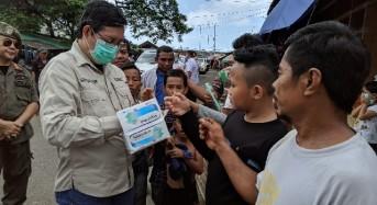 Cegah Corona, Wali Kota GSVL Bagikan Masker ke Warga