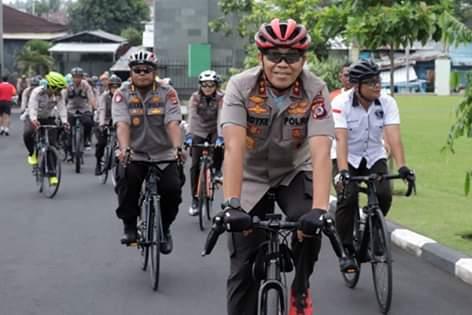 Pantau Kamtibmas Kota Manado Dengan Bersepada, Kapolda Sulut Royke Lumowa Sumbangi Mako Kodam XIII Merdeka